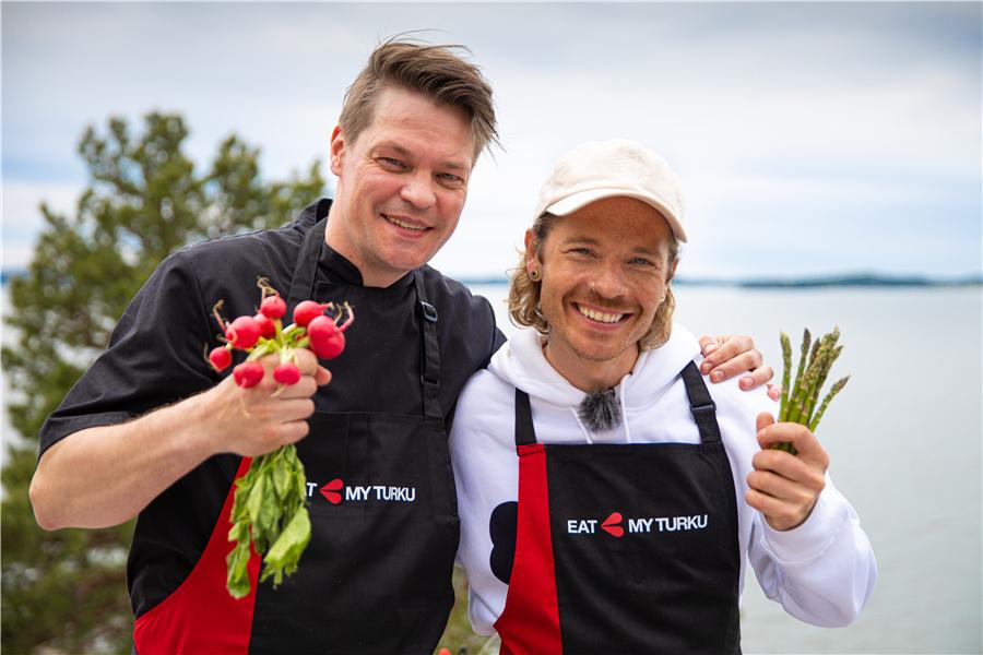 绍利和厨师帕斯在图尔库烹饪Sapas,摄影师Anssi Tiusanen ©VisitFinland
